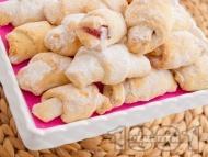 Рецепта Бързи и лесни маслени кифлички с кисело мляко и сода с пълнеж от локум (без мая, без втасване)